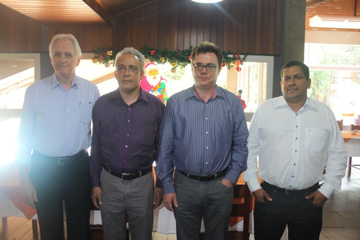 No centro (à esquerda) Marcos Faria presidente do Caldas Novas CVB e à direita Ivan Garcia Pires secretário municipal de Turismo (2)