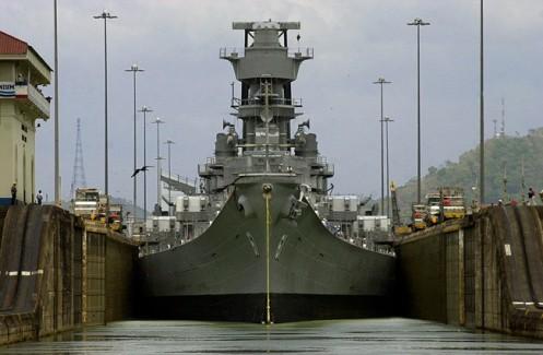 O cruzador Iowa, da Marinha norte-americana, atravessa o Canal do Panamá na altura da comporta de Miraflores, perto de Panama City.