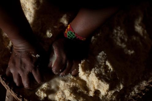 A chicha é uma bebida de teor alcoólico, feita do talo da mandioca e considerada sagrada pelos índios parecis. Foto José Medeiros Gcom MT