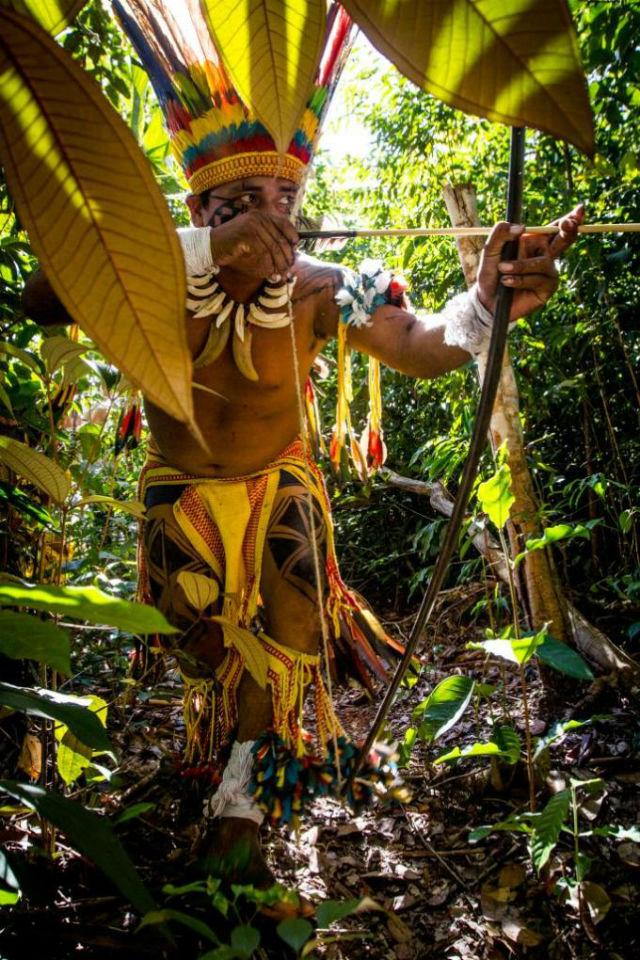Índio-em-mata-no-interior-de-aldeia-wasare