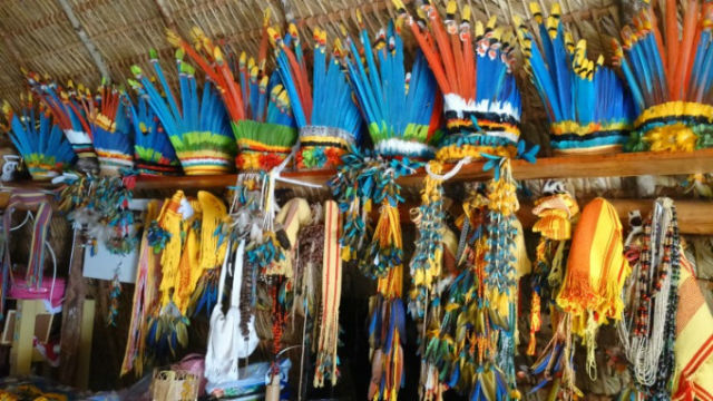 Cocares colares brincos cestos e tipoias para carregar bebês são algumas peças de artesanato comercializadas pelas comunidades da etnia parecis