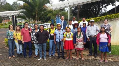 No centro, o cacique Narciso, com seu cocar azul, ao lado de alguns integrantes da Aldeia Quatro Cachoeiras e de pesquisadores. Foto Orébio Souza