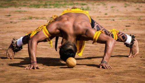O inacreditável jogo jikunahati uma competição com regras semelhantes às de nosso futebol mas que é disputado com arremessos de cabeça