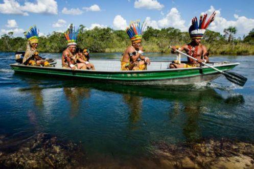 Um imperdível passeio de barco pelo cristalino Rio Verde lindíssimo postal da Aldeia Wasare brinda o fim da visita