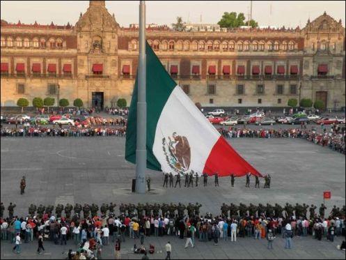 Hasteamento da bandeira mexicana no Zócalo - Foto Site Chriskuzneski