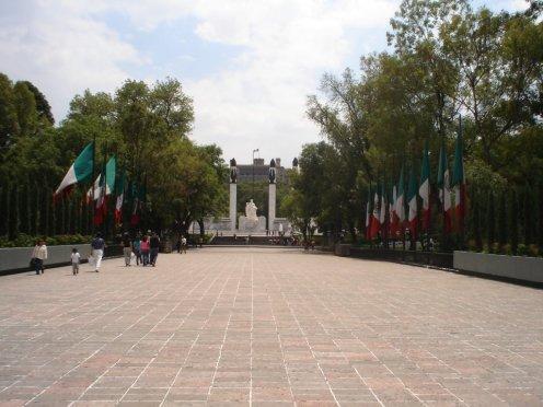 Castelo de Chapultepec ao fundo, em composição  com  bandeiras mexicanas. Bosque de Chapultepec, Cidade do México
