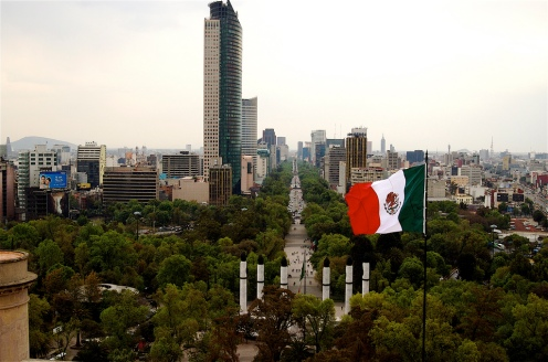 Paseo de la   Reforma com a Torre Mayor, o Monumento aos Niños Héroes e a bandeira mexicana.jpg