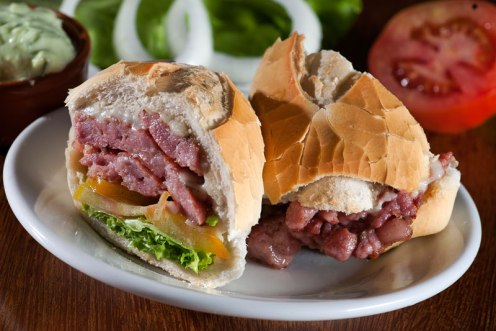 sanduiche-com-linguica-de-braganca-foto-petillo-ovale-com-br
