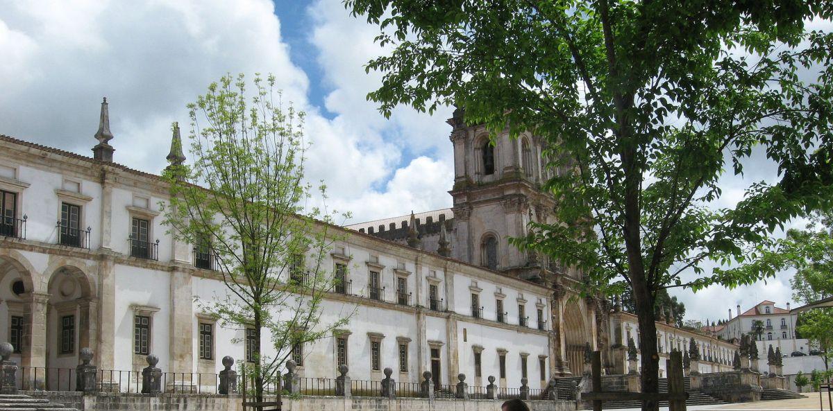 fachada-do-mosteiro-de-alcobaca1-foto-wikipedia