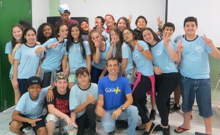 Eduardo Pacífico, diretor-geral da Gaia +, ao lado de crianças e jovens atendidas pela Gaia+