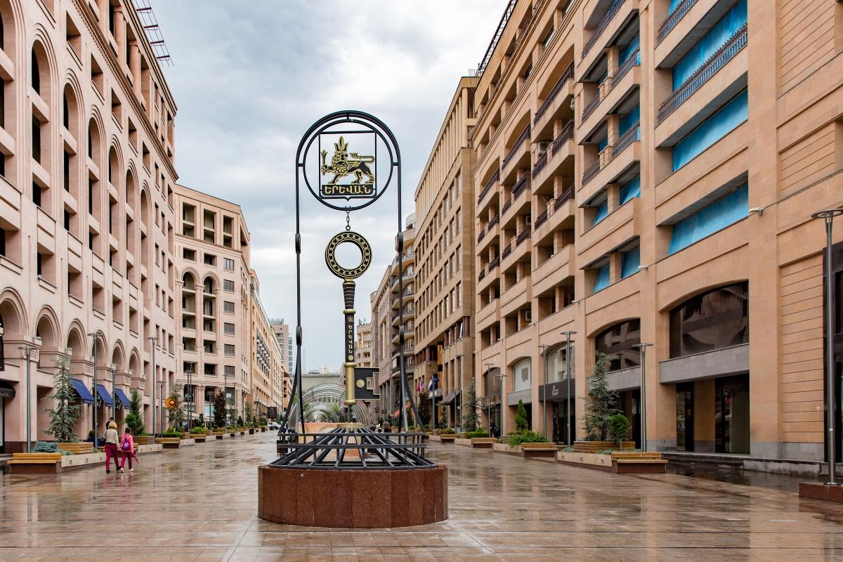 Chave simbólica de Yerevan na Northern Avenue. - Foto Wikimedia.jpg
