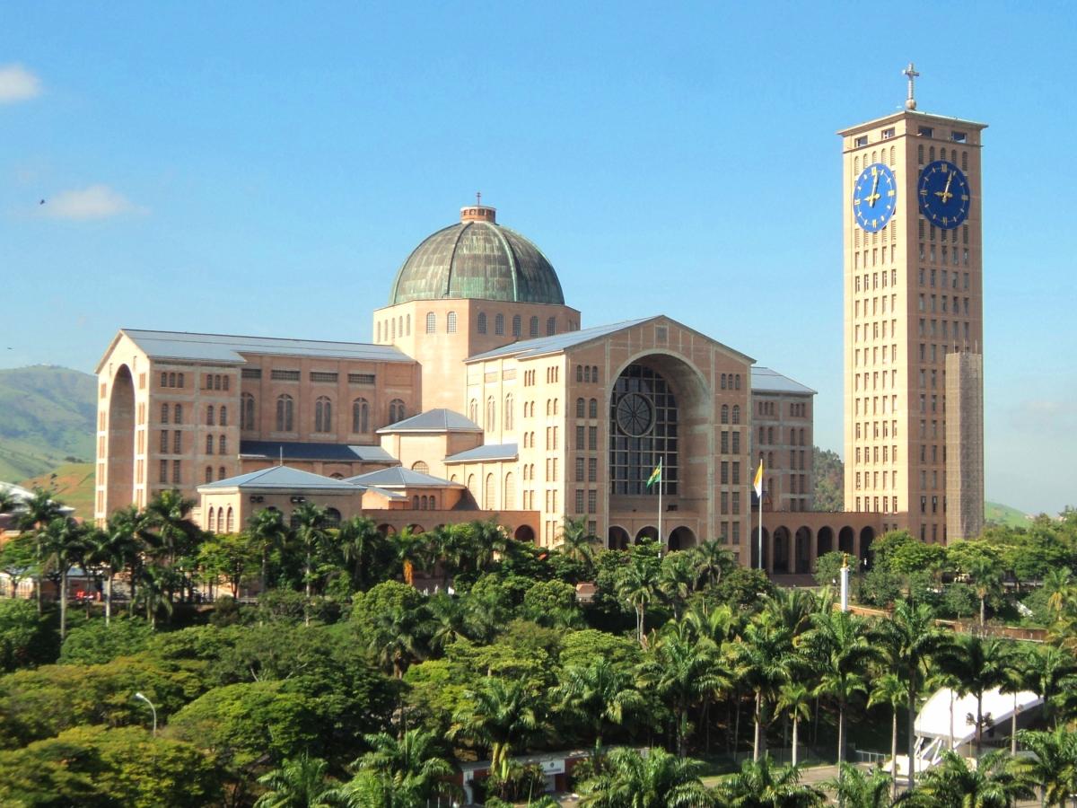 Frente da Basílica de Nossa Senhora Aparecida - Aparecida do Norte (SP) - Wikimedia.JPG