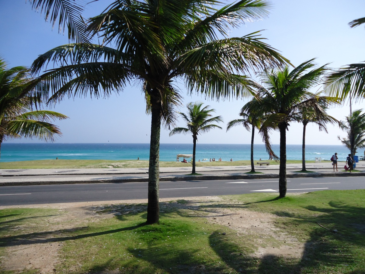 Praia_da_Barra_da_Tijuca_-_Dia_de_sol - Wikimedia