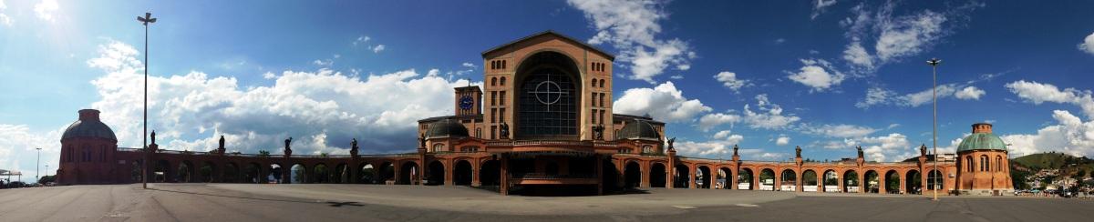 Visão panorâmica do exterior da Basílica de Nossa Senhora Aparecida - Wikimedia.jpg