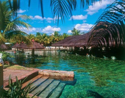 Bar Molhado em piscina natural do Rio Quente Resort. Banhos com os pés no leito do rio..jpg