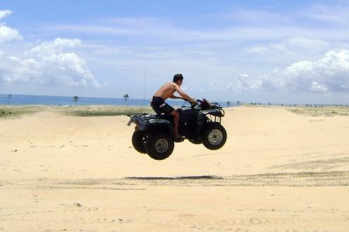 Quadriciclo nas dunas de Cumbuco - Foto  Panoramio.jpg