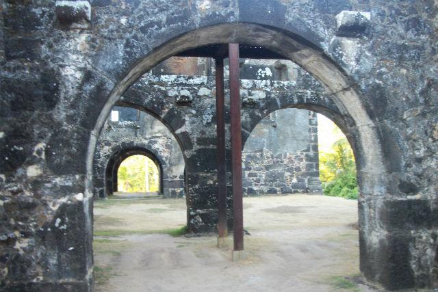 Ruínas_da_Casa_da_Torre_de_Garcia_d'Ávila_sob_uma_perspectiva - Wikimedia