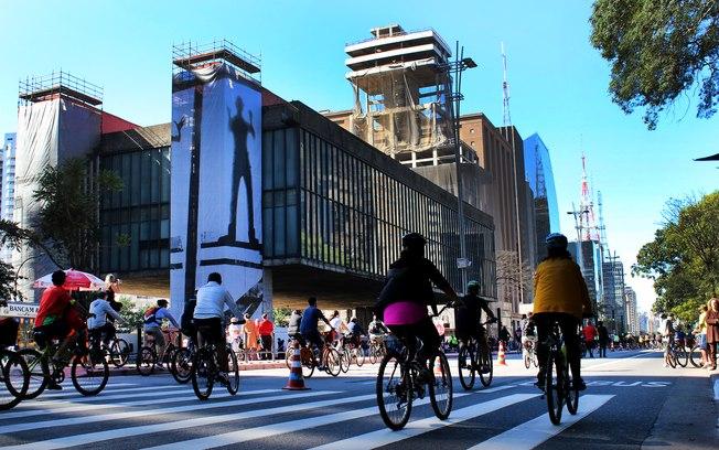 Avenida Paulista aos domingos é fechada aos carros, sendo utilizadas apenas para caminhadas, passeios de bike e shows - Foto André Tambucci - Fotos Públicas