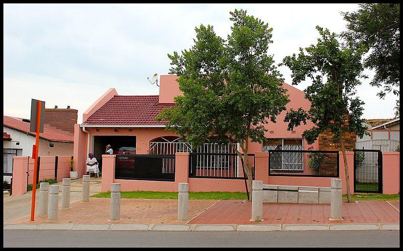 Casas na rua Vilakazi de Mandela Soweto, Joanesburgo. Gauteng, África do Sul - Wikimedia