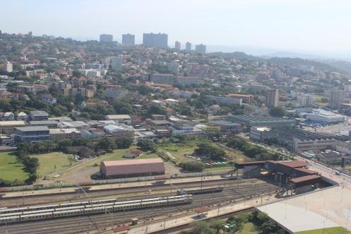 Durban vista do alto do Estádio Moses Mabhida - Estrada de ferro - herança britânica 2.JPG