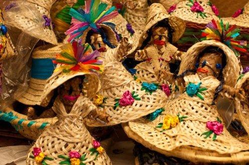 Bonecas em palha, Sstraw Market em Nassau. Foto The Culture Trip.jpg
