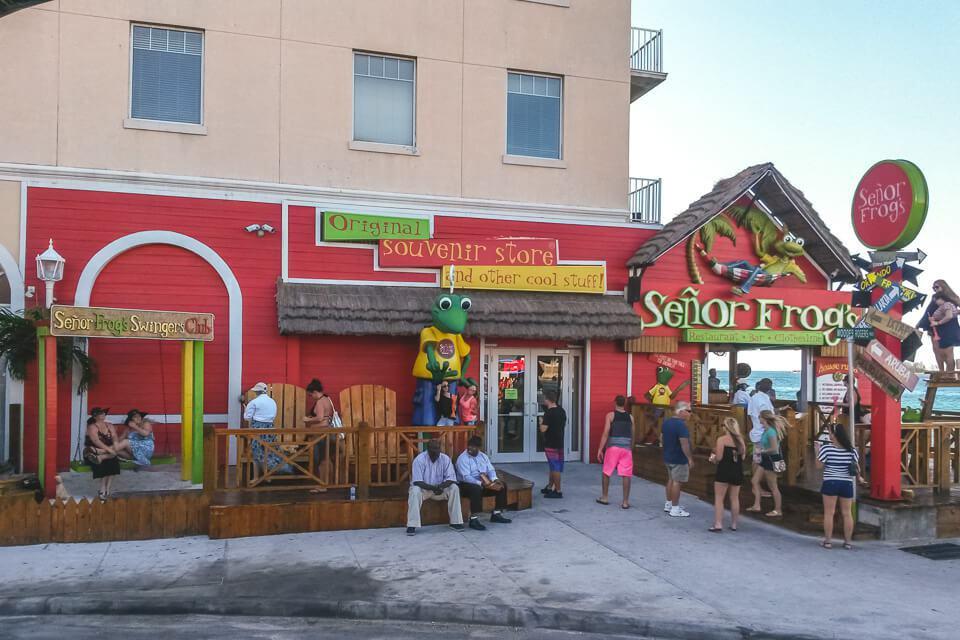 O Señor Frogs é um bar tipicamente bahamense. Serve refeições no almoço e jantar. À noite, vira um bar dançante.