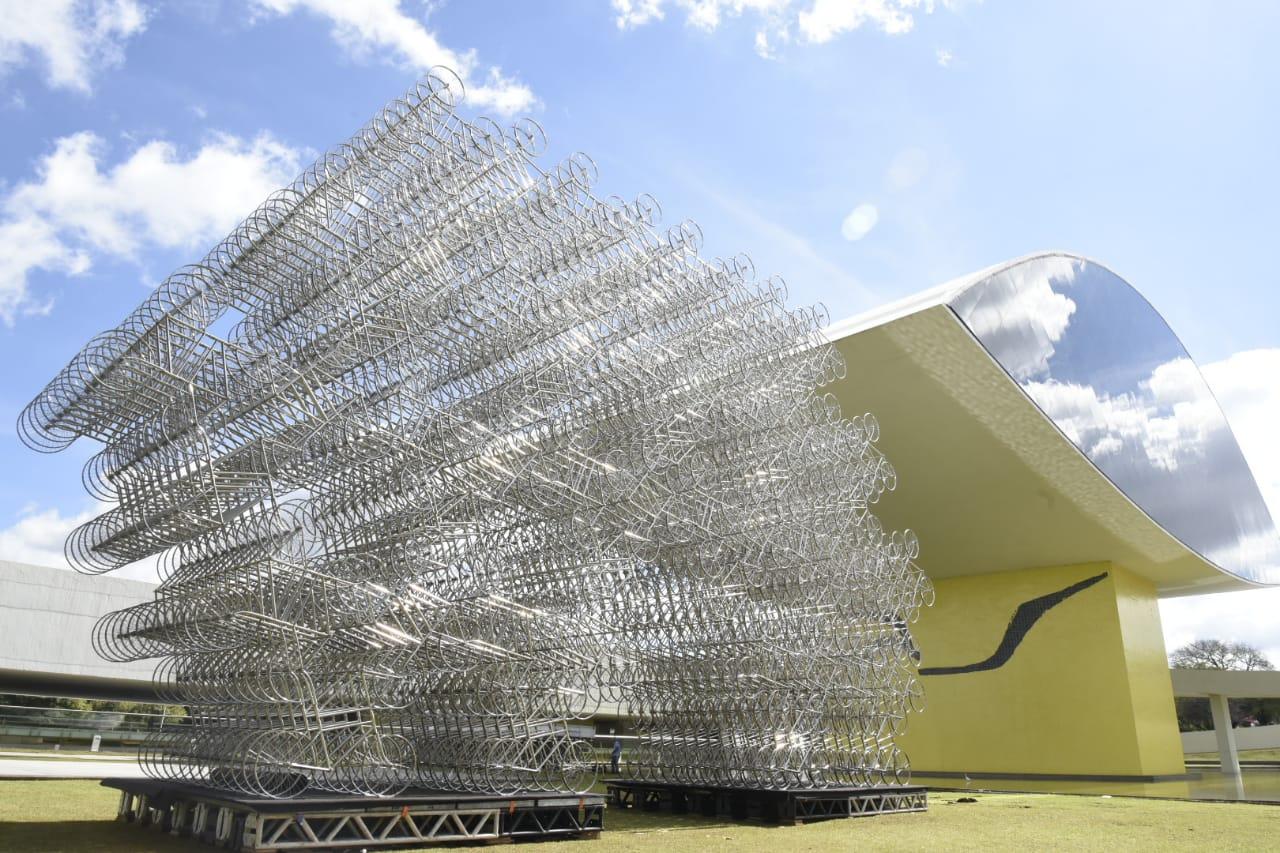 Uma das obras de Ai Weiwei fica na área externa do MON