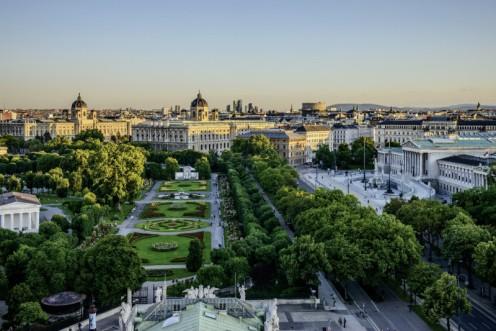 Anel viário com vista do Volksgarten, museus e parlamento. Foto Christian Stemper Turismo de Viena