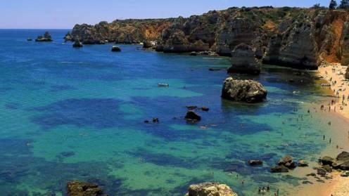 O mar em todos os tons de azul, quase sempre calmo, e as praias de areia fina são a marca do Algarve. Praia Dona Ana Foto Visit Portugal